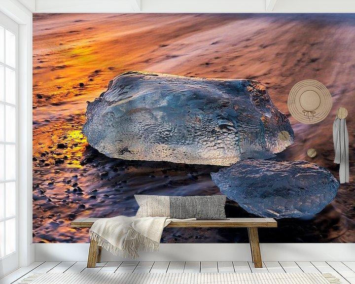 Sfeerimpressie behang: IJsblok in Jökulsárlón IJsland van Anton de Zeeuw