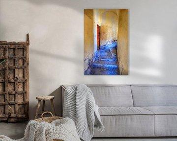 Blauwe trap met rode deur in Corte, Corsica. van Edward Boer