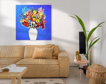 Bloemen in een vaas met blauwe achtergrond van Nicole Habets