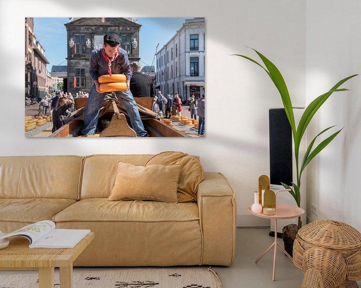 Sfeerimpressie: Jongen sjouwt kazen op de Kaasmarkt in Gouda van Remco-Daniël Gielen Photography