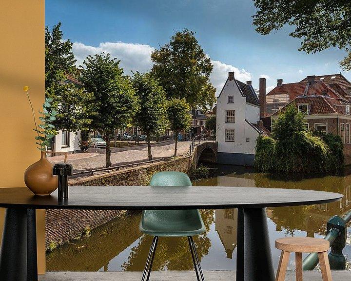 Sfeerimpressie behang: Amersfoort, zicht vanaf de Langegracht op Havik 1 van Martin Stevens