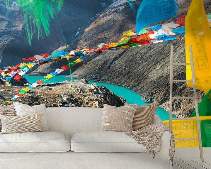 Sfeerimpressie behang: Kijk door de gebedsvlaggetjes naar de rivier, Himalaya van Rietje Bulthuis