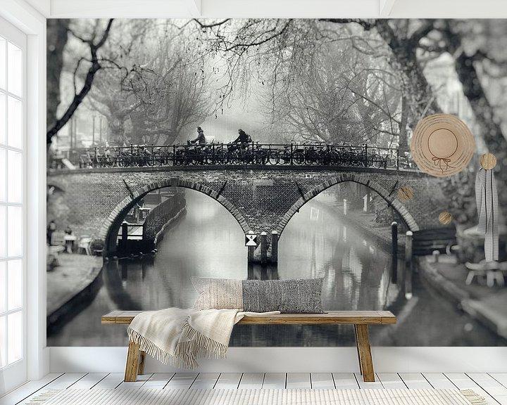 Sfeerimpressie behang: Straatfotografie in Utrecht. De Weesbrug over de Oudegracht in Utrecht in zwart-wit (2) van De Utrechtse Grachten