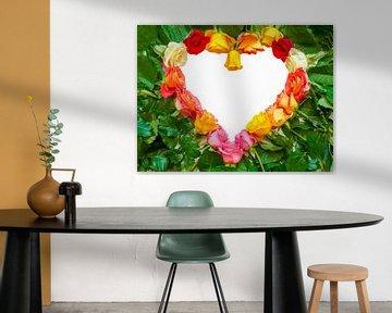 Herz als Symbol von verschiedene bunte Rosen mit grünen Blättern von Ben Schonewille
