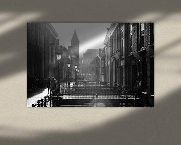 Straatfotografie in Utrecht. Tegenlicht in Utrecht: De Drift in Utrecht in zwartwit met sterk tegenl van De Utrechtse Grachten