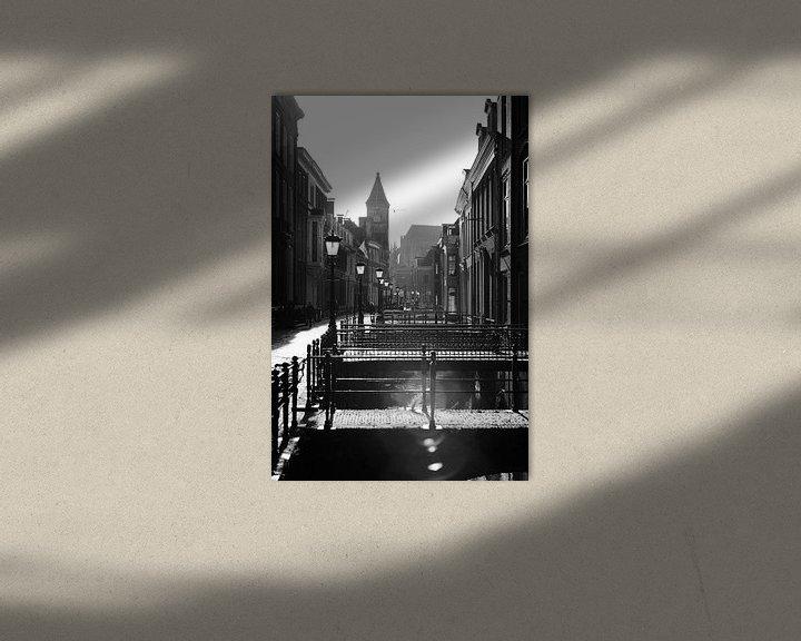 Sfeerimpressie: Tegenlicht in Utrecht: De Drift in Utrecht in zwartwit met sterk tegenlicht richting de Nobelstraat. van De Utrechtse Grachten