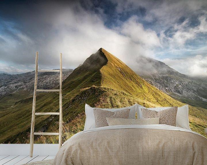 Sfeerimpressie behang: mountain peak in low clouds van Olha Rohulya