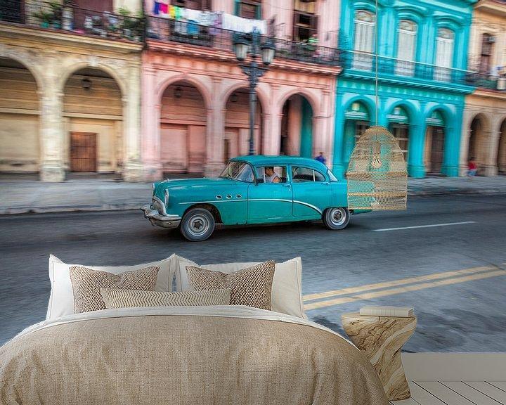Sfeerimpressie behang: Oldtimer classic car in Cuba in het centrum van Havana. One2expose Wout kok Photography van Wout Kok