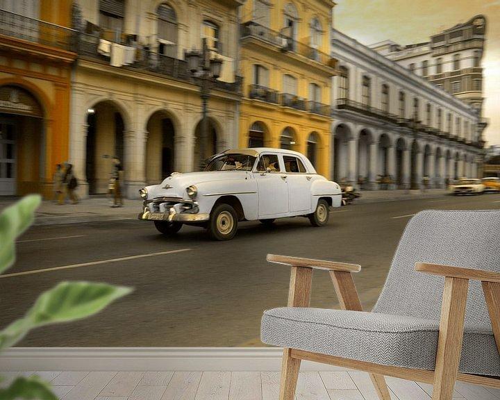 Sfeerimpressie behang: Oldtimer classic car in Cuba in het centrum van Havana. One2expose Wout kok Photography.  van Wout Kok