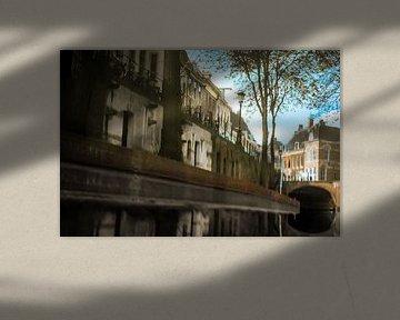 Weerspiegeling van grachtenpanden in het water van de Oudegracht in Utrecht. One2expose Wout Kok Pho sur Wout Kok