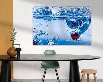 Rode dobbelstenen in water von Ineke Huizing