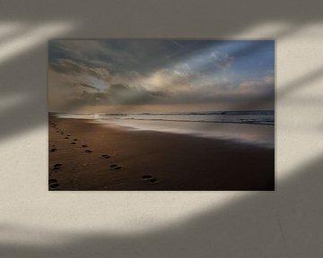wolkenlucht aan zee, zonsondergang van Bernadet Gribnau