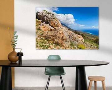 Oranje rotsen op berg aan kust Kefalonia Griekenland van Ben Schonewille