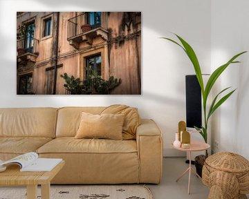 Gebouw in Taormina (Siciliaans: Taurmina)  Sicilië Italië. fotoposter of  wanddecoratie