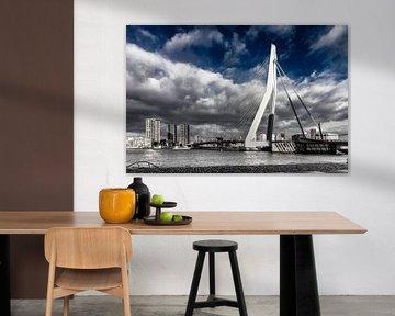 Cloudy Erasmusbrug Rotterdam in Black/Blue and white von Midi010 Fotografie
