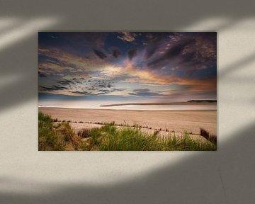 De zonsondergang aan de Nederlandse kust gezien vanuit de duinen van Paul Wendels