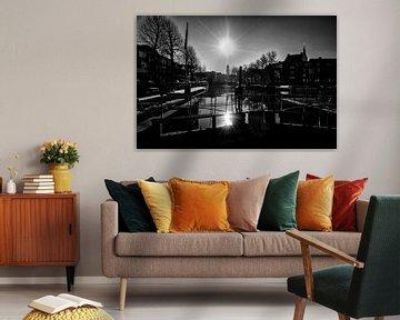 Tegenlicht in Utrecht: De zon, de Domtoren en de Zandbrug vanaf de Weerdsluis in Utrecht in zwartwit van De Utrechtse Grachten