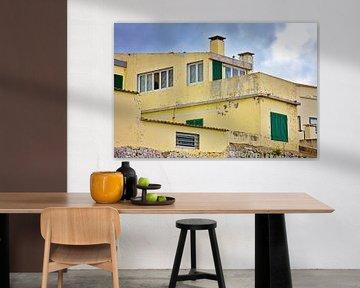 Gele versleten betonnen huis