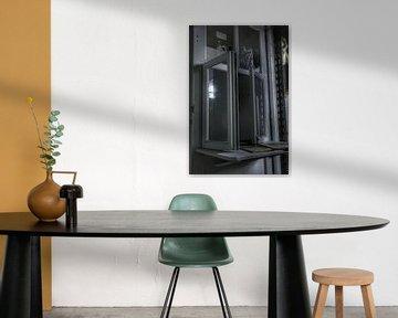 Oud raam in een verlaten kantoor van Melvin Meijer