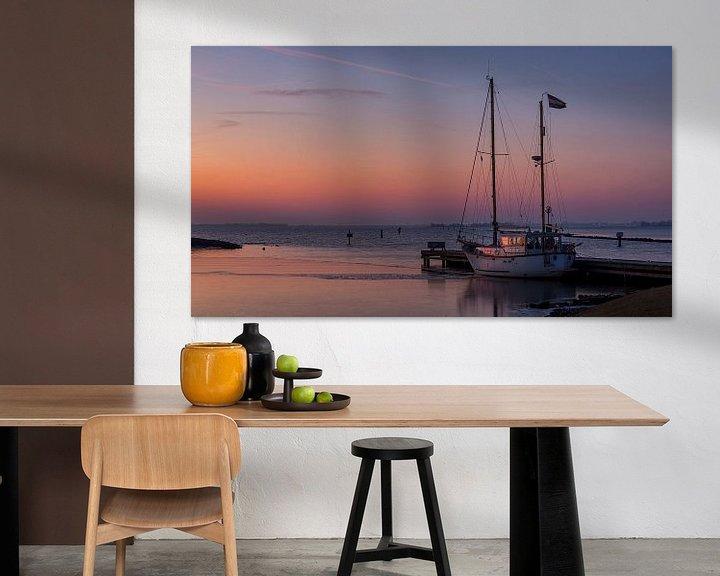 Sfeerimpressie: Zeilboot in het licht van de opkomende zon van Bram van Broekhoven
