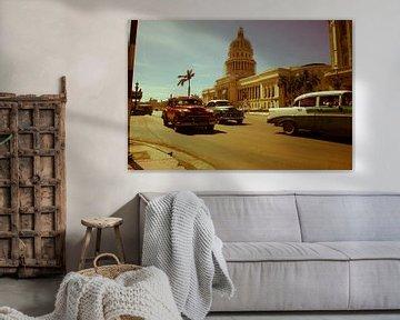 Klassieke auto's voor el Capitolio in Havana van Bart Muller