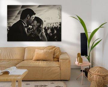 Kuss aus Liebe während der Ehe in Schwarz-Weiß von Atelier Liesjes