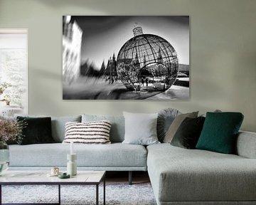 Grote kerstbal in de stad in zwart en wit van Atelier Liesjes