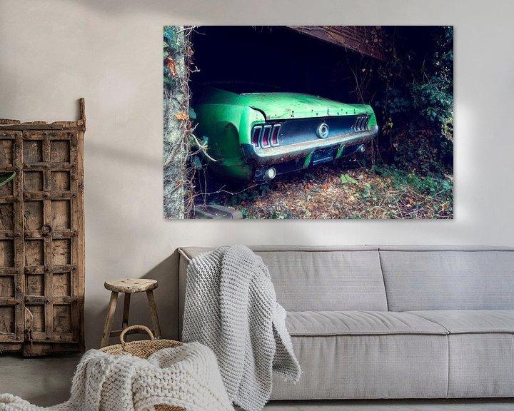 Sfeerimpressie: Verlaten Ford Mustang in Garage. van Roman Robroek
