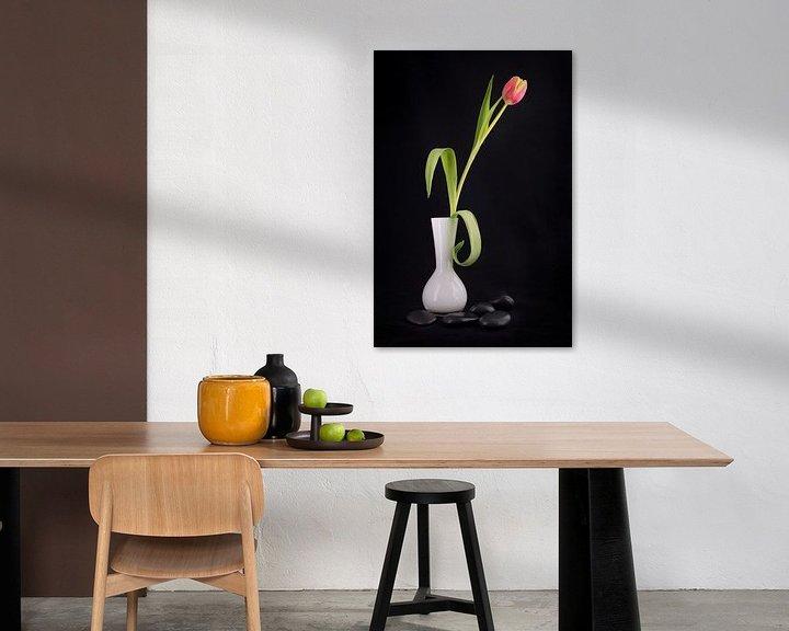 Sfeerimpressie: Tulp in een witte vaas met zwarte kiezelstenen van Pascal Raymond Dorland