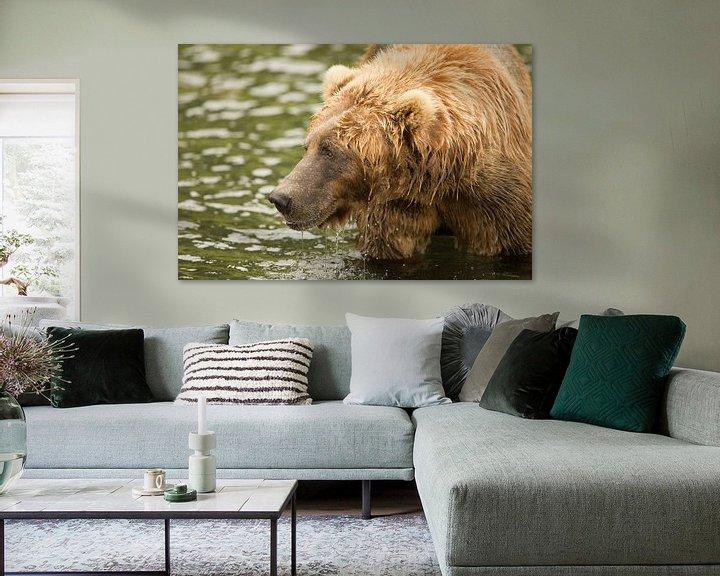 Sfeerimpressie: Bruine beer aan het vissen van Atelier Liesjes