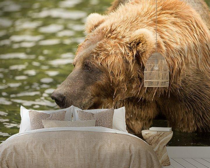 Sfeerimpressie behang: Bruine beer aan het vissen van Atelier Liesjes