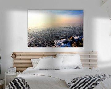 Zonsondergang over bevroren meer van Jan Brons