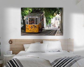 Lissabon straat tram van Dennis van de Water
