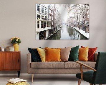 Winter in Utrecht. De Oudegracht met zicht op de Maartensbrug.