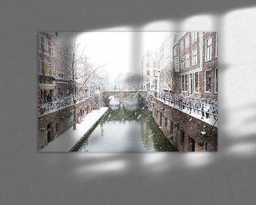 Winter in Utrecht. De Maartensbrug gezien vanaf de Kalisbrug aan de Vismarkt. van De Utrechtse Grachten