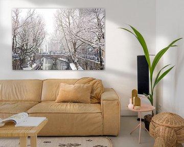 Winter in Utrecht. De Gaardbrug over de Oudegracht in de sneeuw. van De Utrechtse Grachten