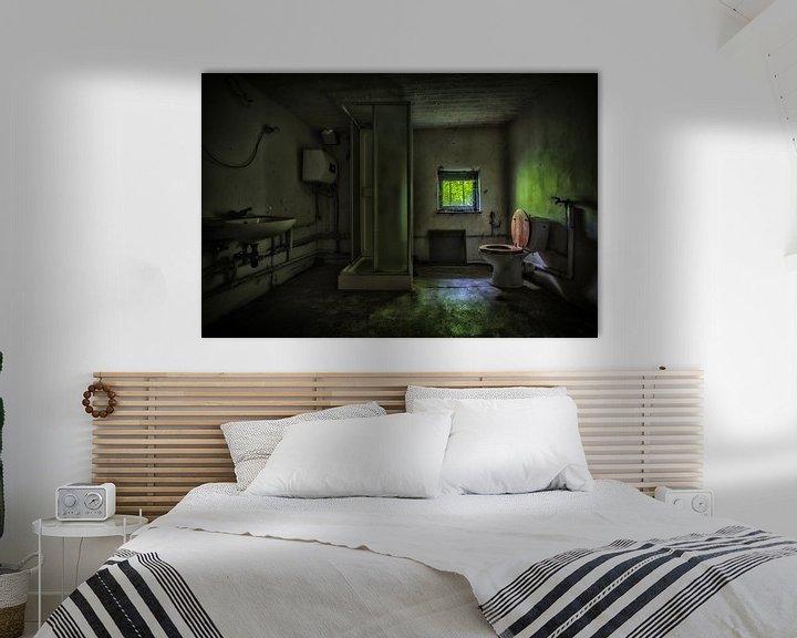 Beispiel: Urbex badkamer in een donkere groene sfeer von Steven Dijkshoorn