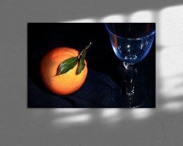 Apfelsine mit blauem Weinglas sur Dieter Meyer