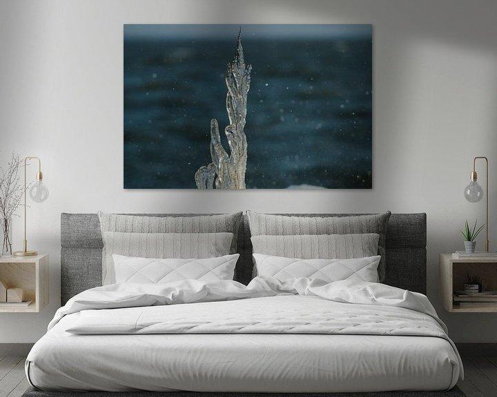 Sfeerimpressie: Bevroren tak met opspattend IJsselmeerwater van Erik van Riessen