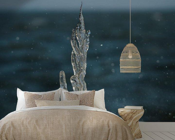 Sfeerimpressie behang: Bevroren tak met opspattend IJsselmeerwater van Erik van Riessen