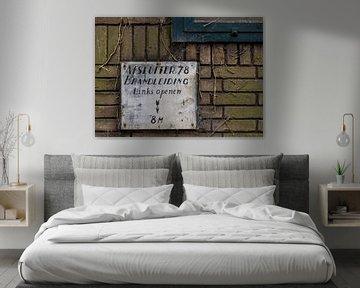 Afsluiter bord op muur, urbex van Ada van der Lugt