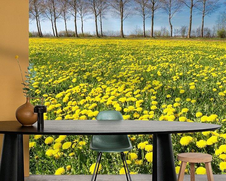 Sfeerimpressie behang: Veld met gele paardenbloemen in gras met rij bomen op achtergrond van Ben Schonewille