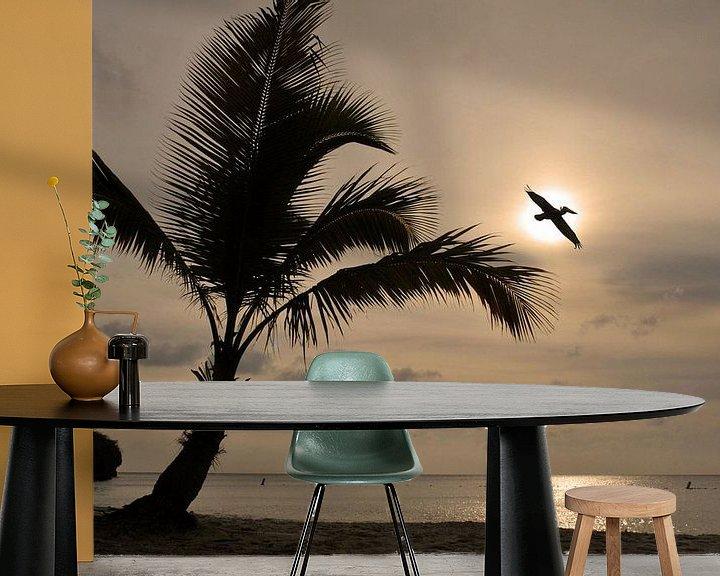Sfeerimpressie behang: Pelikaan in vlucht. van Paul Arentsen