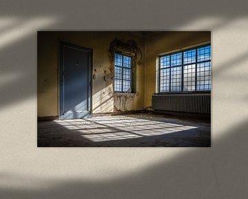 Lichtinval in een verlaten gebouw van Steven Dijkshoorn