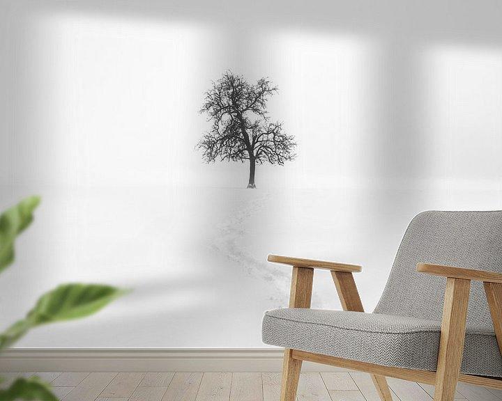 Sfeerimpressie behang: Minimalisme | Eenzame boom in sneeuw met pad van Steven Dijkshoorn