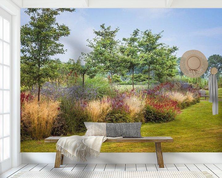 Sfeerimpressie behang: engelse tuin met gras en borders van Compuinfoto .