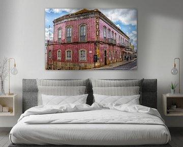 Roze huis in Silves, Portugal van Antoine Ramakers