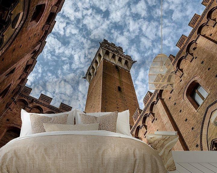 Sfeerimpressie behang: Palazzo Pubblico (Siena - Italië) van Erwin Maassen van den Brink