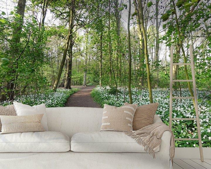 Sfeerimpressie behang: Lente bospad van Lotte Veldt