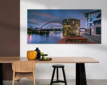 Maastricht, hoog brug en Maaspunttoren tijdens zonsopkomst